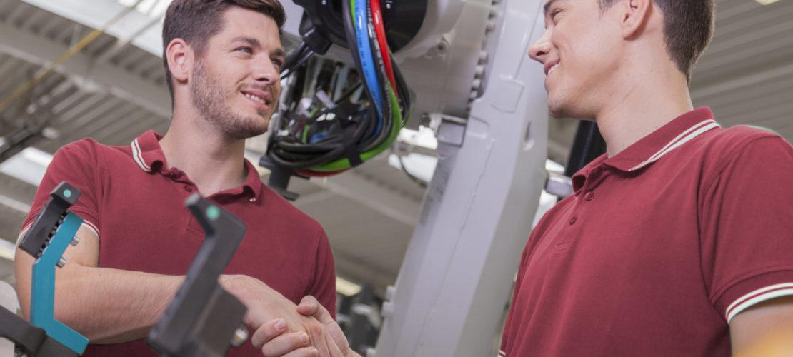Zwei Ingenieure treffen eine Vereinbarung